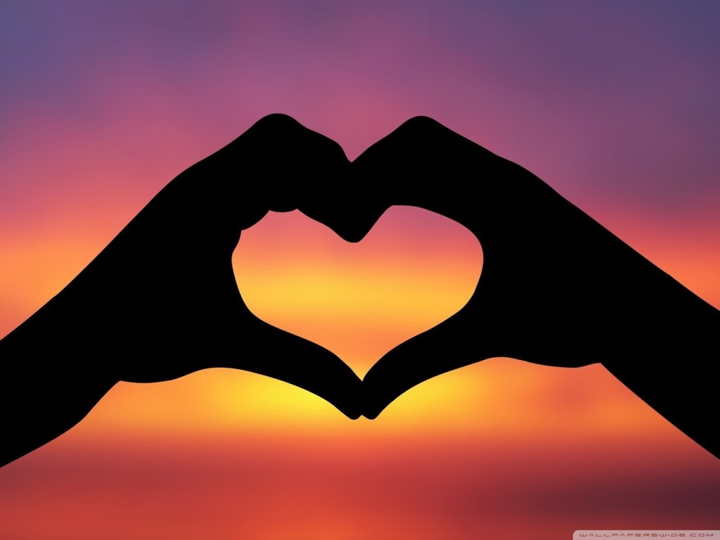 hands_making_a_heart_in_the_sunset-wallpaper-1600x1200